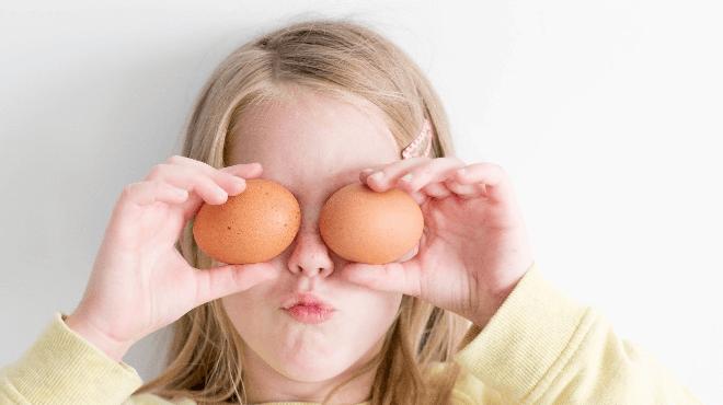 卵を持つ女の子