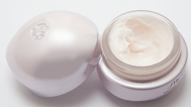 白い化粧品クリーム