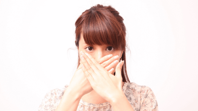 口もとを抑える女性